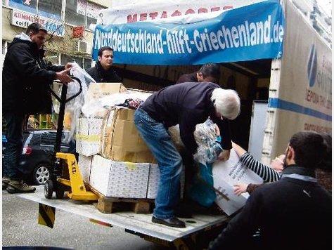Niko Chatzipanagiotidis und Heiner Wilcken (2.,3.v.l.) bei der Übergabe von Hilfsgütern in Thessaloniki. Mit ihrer unkomplizierten Unterstützung konnten die Heiligenhafener einen Grundstein legen für weitere Aktionen – und zeigen, dass auch mit geringen Mitteln etwas erreicht werden kann.