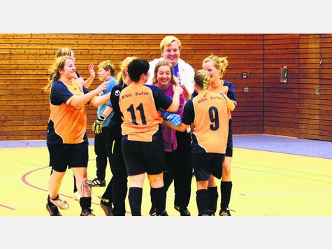 Die Frauen der BSG Eutin mit Trainer Sören Hüttman im Glück. Im Sechsmeterschießen setzten sie sich mit 4:3 im Finale gegen den TSV Gremersdorf durch. ·