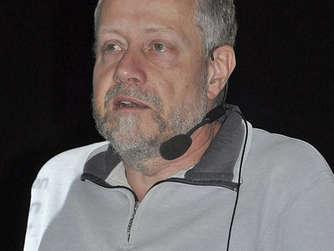 Der Kieler Journalist <b>Reinhard Pohl</b> <b>...</b> - 1003864580-kieler-journalist-reinhard-pohl-gast-inselschule-3ZUI