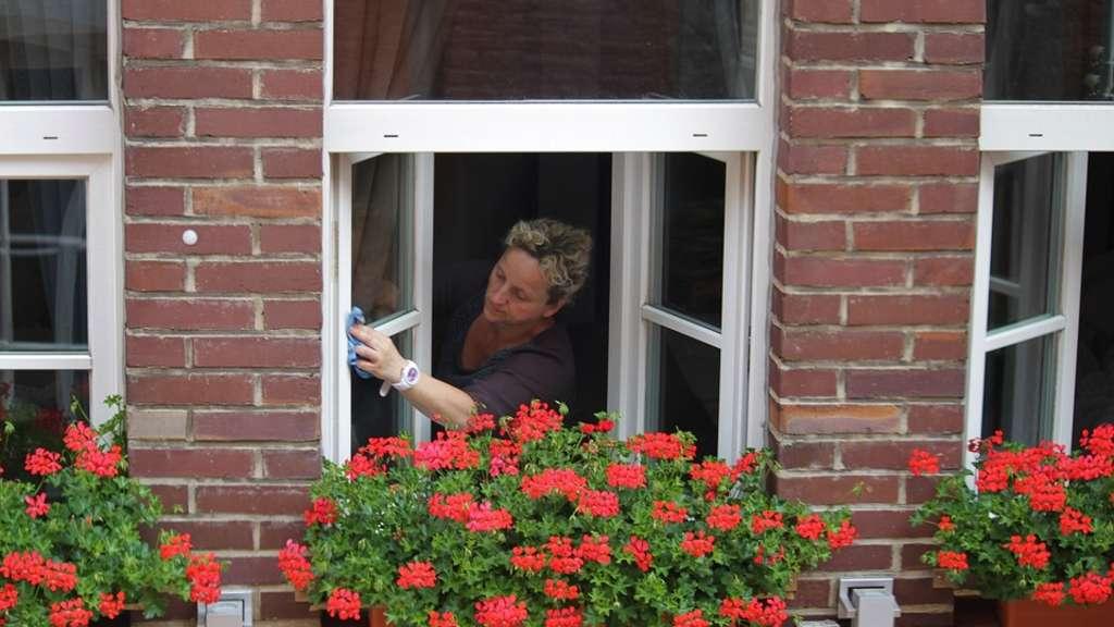 Richtig fenster putzen streifenfrei reinigen leicht gemacht wohnen - Fenster putzen zeitung ...