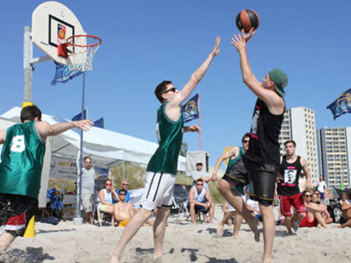 Basketball am Strand und Poolparty