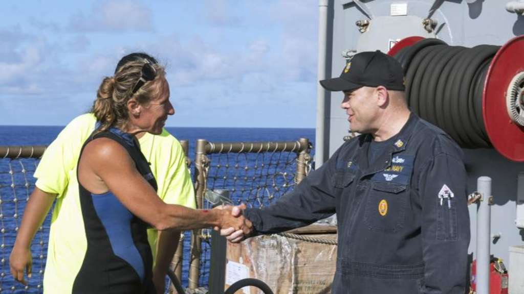 Gerettet: Der Kommandant der USS Ashland, Command Master Chief Gary Wise, heißt die Seglerin Jennifer Appel an Bord willkommen. Foto: Jonathan Clay/Navy Media Content Operations (NMCO)