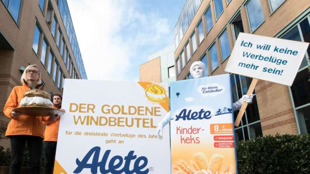 Aktivisten der Organisation Foodwatch vor dem Firmensitz von Alete in Bad Homburg. Foto: Fabian Sommer