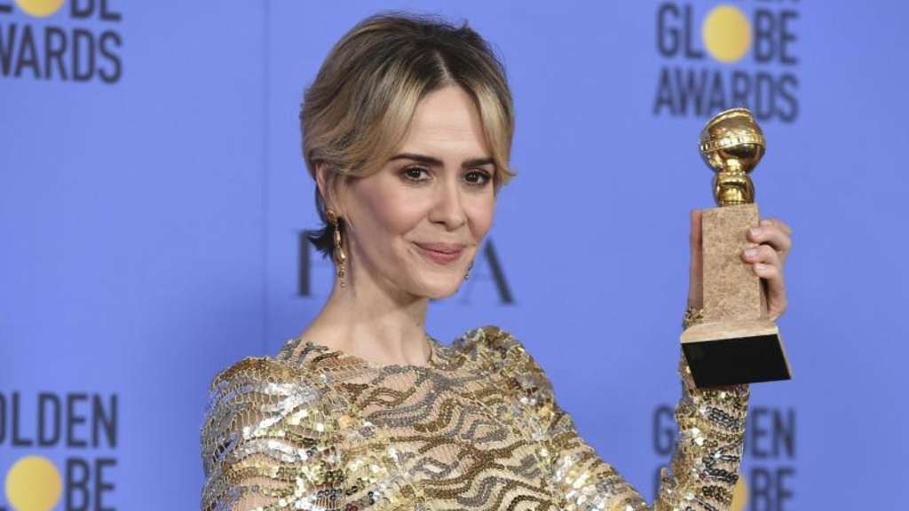 "Sarah Paulson mit ihrem Golden Globe für ""The People v. O.J. Simpson: American Crime Story"" in Los Angeles. Foto: Jordan Strauss"