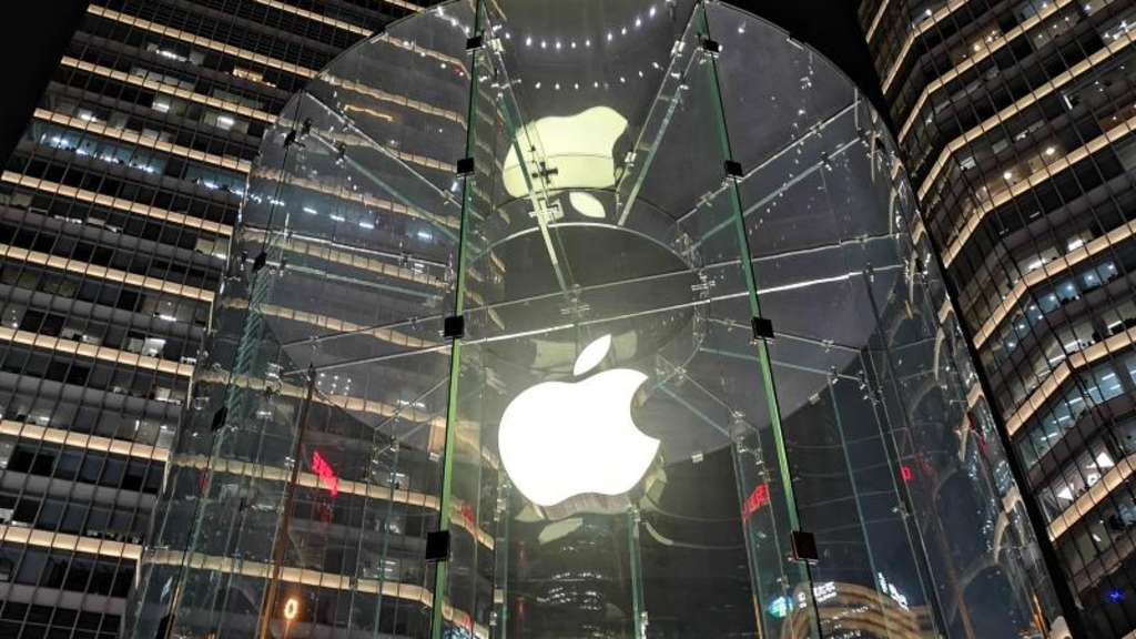 Eine leuchtende Glaskonstruktion zeigt das Apple-Logo vor dem Apple Store in Lujiazui. Foto: Wang Gang/SIPA Asia via ZUMA Wire