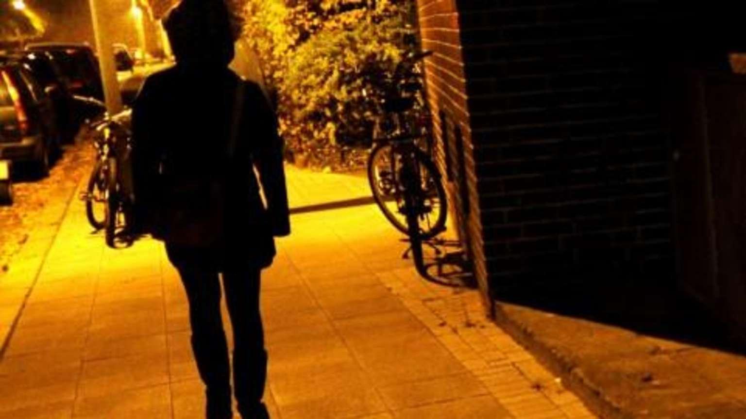 Wiesbaden: Frau (19) von drei Männern auf Baustelle